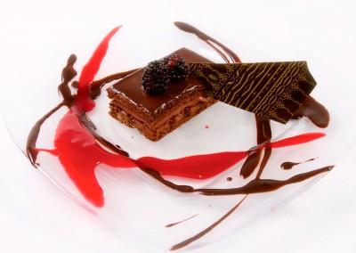 bizcocho-sacher-relleno-de-mouse-de-chocolate-perlas-crujientes-y-culis-de-moras